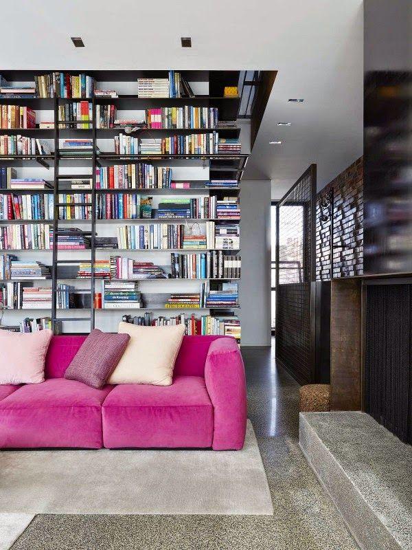 VINTAGE & CHIC: decoración vintage para tu casa · vintage home decor: Paredes de ladrillo, una librería gigante y un sofá rosa · Brick walls, huge book shelving and a hot pink sofa