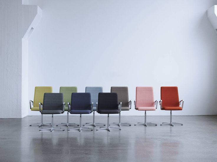 """la chaise """"Oxford"""", conçue en 1965 par Arne Jacobsen, grand nom de l'architecture et design danois. Pensée initialement pour le plan de table des professeurs de la grande salle à manger de St Catherine's College, à l'université d'Oxford en Angleterre, la nouvelle édition propose deux modèles plus modernes : la Classic et la Premium. La première est disponible en noir monochrome. L'idée est de mettre en valeur la forme du meuble, contrairement à l'édition traditionnelle qui se composait d'une…"""
