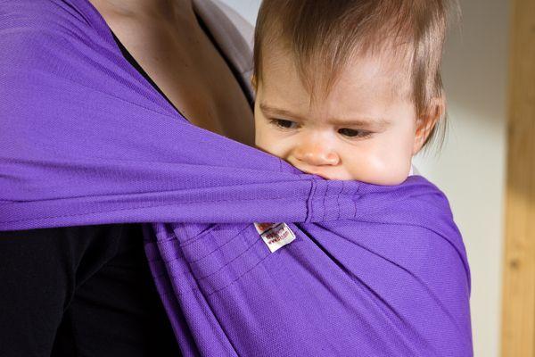"""Euer Baby nuckelt gerne an der Trage? Unsere Modelle """"Viola"""" und """"Natur"""" sind aus 100% kbA-Baumwolle - GOTS und IVN-Best zertifiziert und eignen sich daher hervorragend für Babys Mundgymnastik!"""