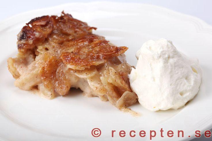 Knäckäppelpaj - Knäckäppelpajen är en himmelskt god äppelpaj med knäcktäcke! Enkelt recept med bilder steg för steg.