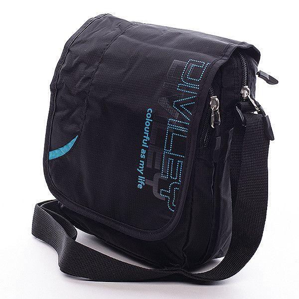 Černá taška přes rameno Diviley z kvalitního textilu. Černá taška s potiskem v modré barvě s klopou, která ukrývá jednu velkou a jednu menší kapsu na zip. Uvnitř velké kapsy jsou další dvě, jedna na zip a jedna bez zipu. V menší kapse je menší pořadač na různé drobnosti. Tuto tašku využije jistě každý muž. Ideální pro volný čas.