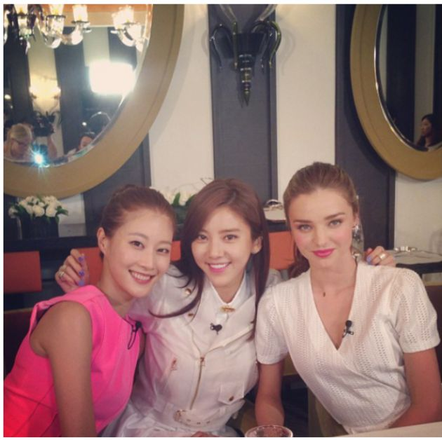 cool Son Dam Bi take a picture with Miranda Kerr~!!