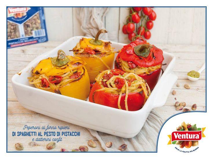 È Estate e avete voglia di peperoni al forno ripieni di pasta al pesto di #pistacchi e pomodorini confit? Beh, Donatella di Fiordirosmarino ha la ricetta giusta per noi: www.cucinaitalianablog.it/peperoni-ripieni-3/ #VenturaTopBlogger