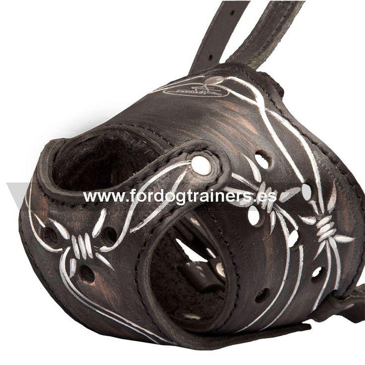#Bozal de #perros #decorado con imagen «Alambre fuerte» con 15% de descuento. #Bozal #canino de #cuero natural, ligero y muy ventilado, pintado a mano con pintura resistente al agua, diseñado para perros tipo #Pastor Holandés, #Malinois, #Rottweiler, #Dóberman, etc. Siga el enlace para ver características detalladas del bozal https://fordogtrainers.es/index.php/bozales/bozal-de-perros-decorado-con-imagen-alambre-fuerte-detail
