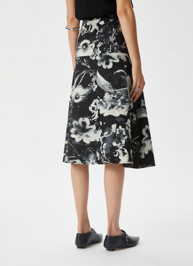 4918cae618 Falda estampada con print floral Negro Blanco