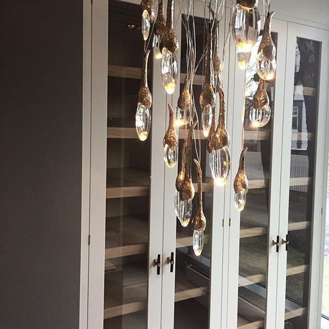 I dag har vi fått opp enda en lampe fra @ochreochre i vår butikk✨ Utrolig vakker! Lampen består av 18 munnblåste glassdråper med LED-lys nederst i hver dråpe. Et håndverk uten like! #lampestudio  #ochre