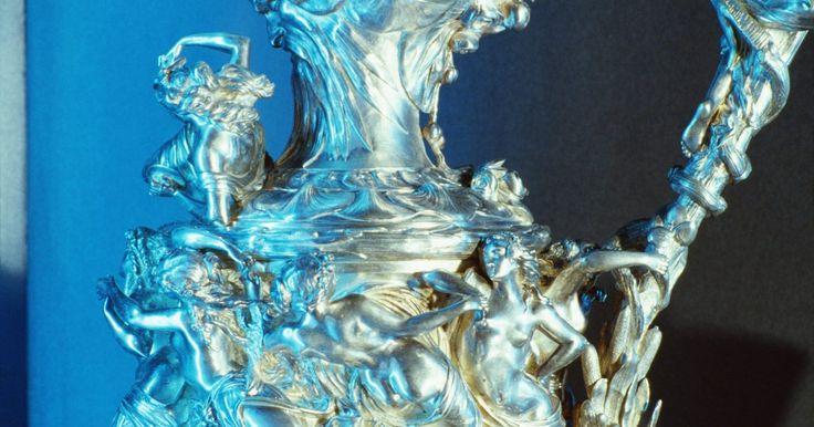 Como dizer se o hidróxido de prata foi formado?. O hidróxido de prata é um composto iônico insolúvel, formado por prata, oxigênio e hidrogênio, sendo a sua fórmula química AgOH. A prata (Ag) é um metal de transição, que se ionizará para formar um cátion com estado de oxidação equivalente a um positivo. O hidróxido de prata é um sólido marrom pálido, e se formará espontaneamente quando os cátions ...