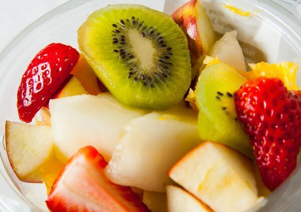 Can't decide which fruits to eat? Enjoy kiwis, apples and strawberries in our fruit salads! http://bit.ly/1JdlBOa