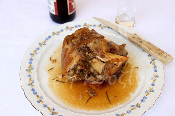μικρή κουζίνα: Χοιρινό κότσι στη γάστρα
