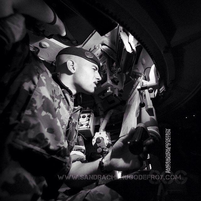 Conducteur de Mowag Piranha de l'armée suisse [Ref:SRC-mowag_SCG1102] #swissarmy #army #military #bnw #bw #blackandwhite #pilote #mowag #tourelle #piranha