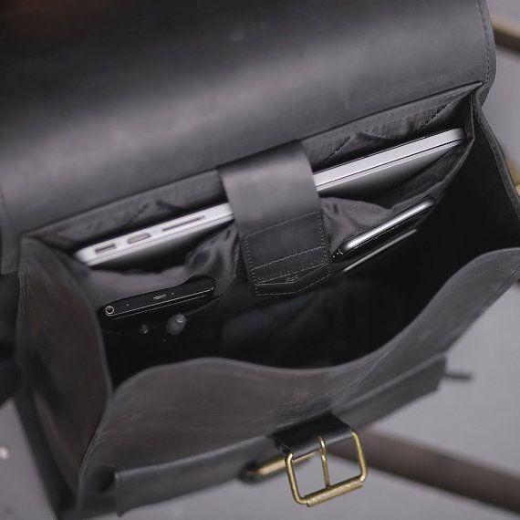 Hallo, vrienden. Iets over onze zwarte rugzak.  Deze handgemaakte-rugzak zullen uw betrouwbare helpmate in de stedelijke levensstijl. Kunt u een laptop met de grootte van het scherm 15.6, een warme trui alleen in geval en paraplu erin! Er is een mooie 100% katoenen voering binnen. De rugzak is gemaakt van een echt leder in onze werkplaats.  AFMETINGEN 10.6 x 15 x 3.94 duim (27 x 38 x 10 cm). Als u wilt, kunnen wij aangepaste grootte maken. Het is gratis!  KLEUREN • OLIVE STONE →…