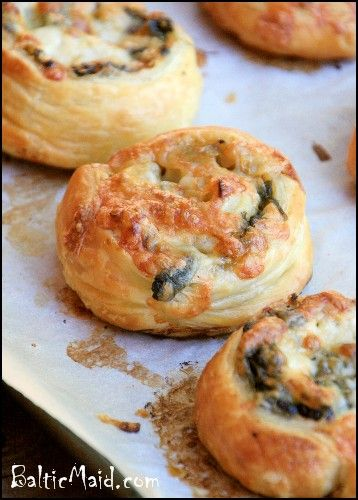 greek spinach and cheese puff pastries        1 onion, finely chopped      2 cloves of garlic, grated      14 ounces / 400 g fresh spinach, rinsed and dried      olive oil      salt, pepper, nutmeg      3.5 ounces / 100 g Gouda or other cheese of choice, grated      1 roll of puff pastry dough (about 275 g / 10 ounces - more or less)