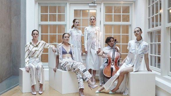 Met haar collectie 'For the Workers' zet ontwerpster Lisa Konno (23 jaar) zich af tegen sweatshops en verspilling binnen de mode-industrie. De kleding, die zij begin dit jaar presenteerde tijdens de Amsterdam Fashion Week, is volledig gemaakt van textieloverschot.