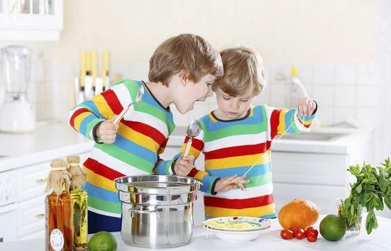 Każdy maluch uwielbia poznawać kuchenne tajniki naśladując dorosłych ;). To bez wątpienia połączenie przyjemnego z pożytecznym, ale czy na pewno jest to bezpiecznie? Zobaczcie, jak można przygotować dzieci do bezpiecznego pomagania w kuchni >>> http://bit.ly/2vbGuY3