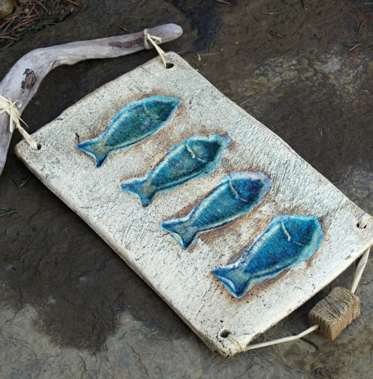 Keramický obrázek-závěs- ryby Keramický obrázek - kachel, na zavěšení na úchytce z překrásného naplaveného dřeva nalezeného na vřezích mrtvého moře.... Patinovaná keramika, zatavené sklo s krásnými odlesky, v nádherných mmodrých a tyrkysových odstínech. Dole keramický korálek podlouhlý...   Rozměry samotného kachlíku : 20 x 15 cm, celkem 28 x 16 cm ...