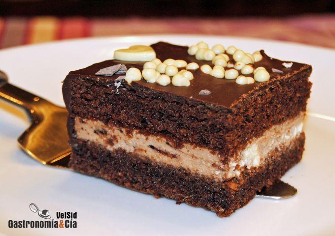 Pastel de chocolate relleno de mascarpone, yogur griego. me gusta el relleno para hacer con el bizcocho de chocolate o brownies de Harry Eastwood