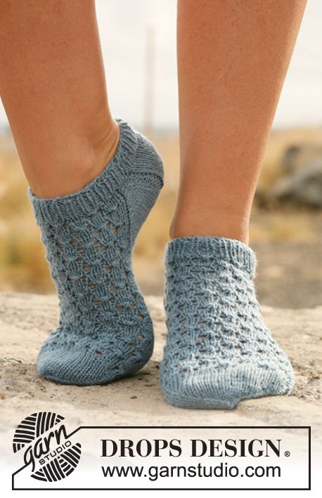 Knitted DROPS ankle socks with lace in Fabel.