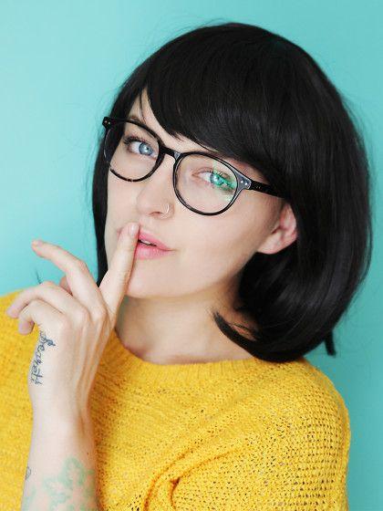 Richtig schminken mit Brille? Na klar, wir zeigen dir, wie du deine Augen trotz Brille in richtig gut in Szene setzt.