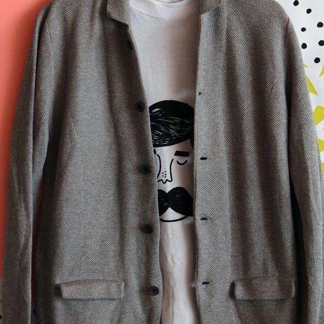 Saco Gris unisex   Precio: 35.000 mil    Camiseta Estampada:   Precio: 22.000 mil - -  #saco #gris #moda #modamasculina #unisex #instamoda #invierno #outfit #outfitoftheday #cajica #INSANNIA