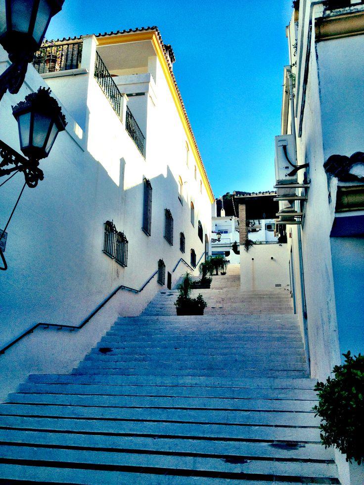 El blanco característico de los pueblos de interior de la provincia de Málaga reina en el casco urbano de Benahavís