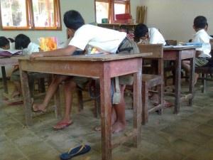 Anak Belajar di Dalam Kelas dengan Keterbatasa