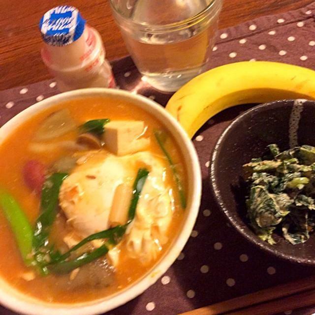 昨日と違って寒〜い(≧(エ)≦。)  こんな日はあったまるチゲで。 - 27件のもぐもぐ - 味噌汁リメイクのチゲと、ほうれん草のピーナッツ和え  ヤクルト  バナナ by mari miyabe