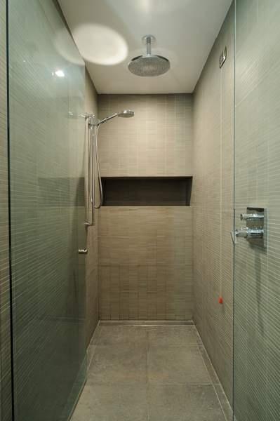 Inloop douche in het vakantiehuis in Garlenda, Italie, ontworpen door Het Fundament Interieurarchitecten