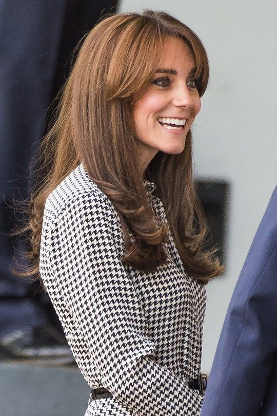 Nuovo taglio per Kate Middleton, che abbina una frangia lunga a lunghezze morbide e classiche. E tu? Cosa scegli per l'autunno? http://shop.sereni.net/ Finally perfect Princess #curls and long #bangs for Kate! #haircut #bestlook #longhair