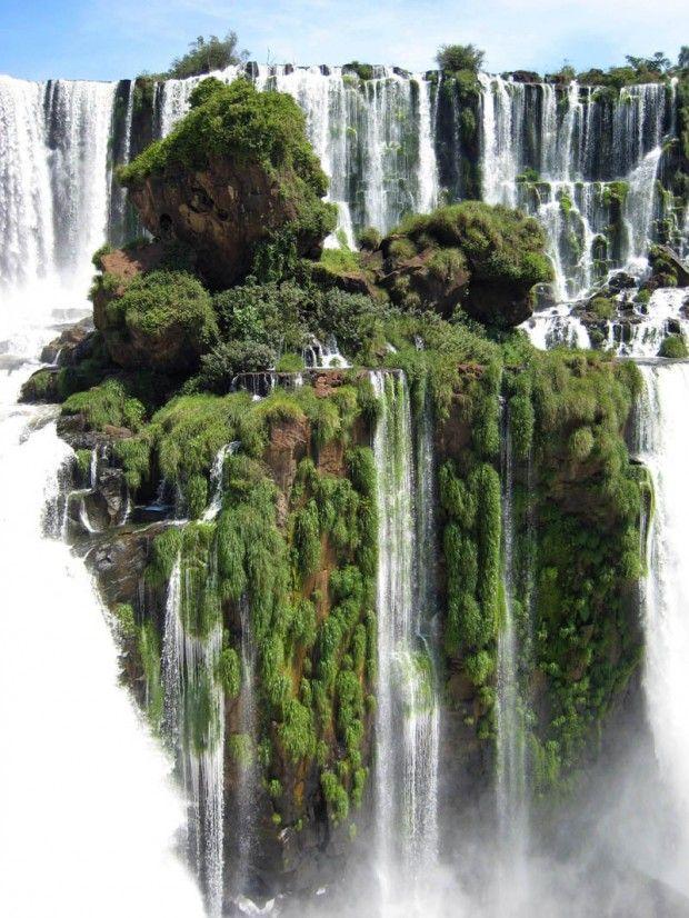 Iguazu Falls, sobre el río Iguazú, entre la provincia Argentina de Misiones y el estado Brasileño de Paraná. Se encuentran dentro del parque nacional Iguazú  y el parque nacional do Iguaçu, (areas protegidas). Formadas por 275 saltos, 80 % están del lado argentino. Su salto de mayor caudal y también el más alto con 80 m. la garganta del Diablo, se puede disfrutar en toda su majestuosidad, recorriendo las pasarelas que parten desde Puerto Canoas.
