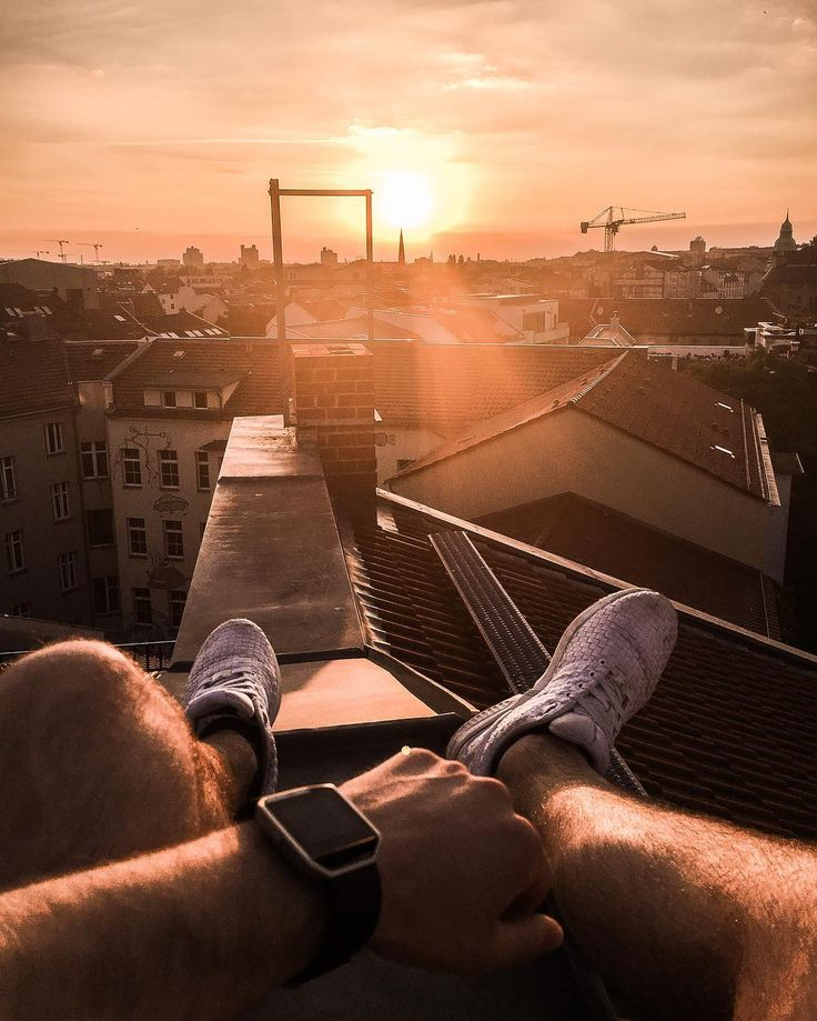 Tim Unterlauf   Model & Blogger  Snapchat mr_wichtig Sitting on the roof top in berlin, Rosenthaler Platz. Sonnenuntergang über der Dächern Berlins mit Fitbit Blaze Fitnessuhr.