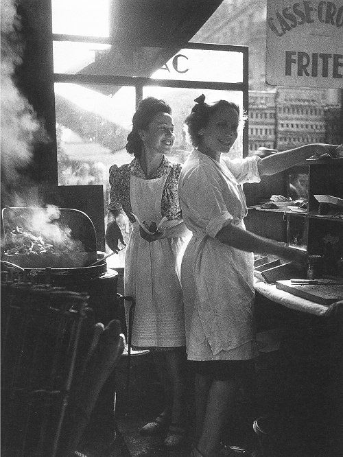 Rue Rambuteau, Paris  1946 Willy Ronis.  They look like they're having so much fun.