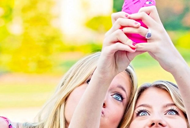 how do guys flirt on snapchat The survey shows that winks, smiles, and kisses are the most common in the art of flirting sassy ladies not so much some emojis are subtle and cute.