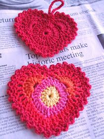 Pattern for these crochet hearts...it's in German though. Must translate!
