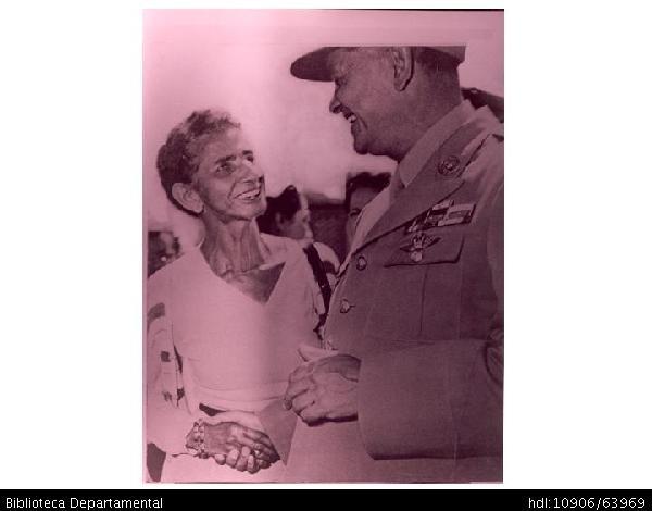 Jovita Feijó, personaje típico de la ciudad,saludando al Presidente, el General Gustavo Rojas Pinilla, durante una visita suya a Santiago de Cali y A788. SANTIAGO DE CALI: Biblioteca Departamental Jorge Garces Borrero, 1953. 20 x 28