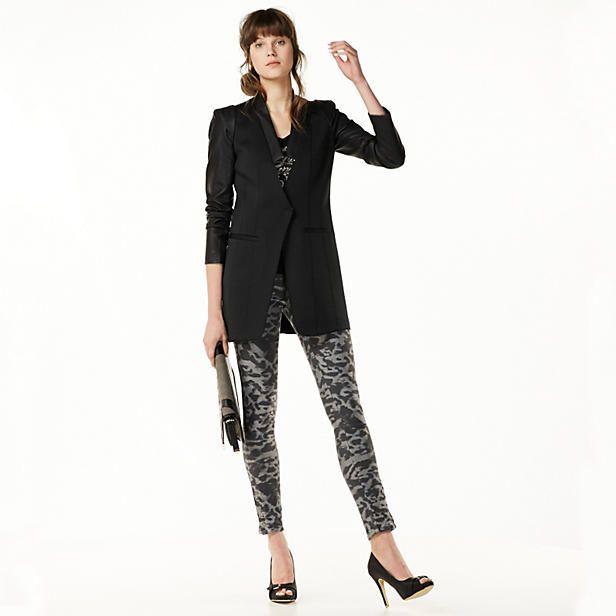 Masculine & feminine; een trendy lange blazer op een geprinte skinny en high heels. Let's go party! #LOOKVANDEDAG