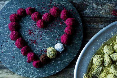 Lekre rosa sjokoladetrøfler med frisk smak av bringebær