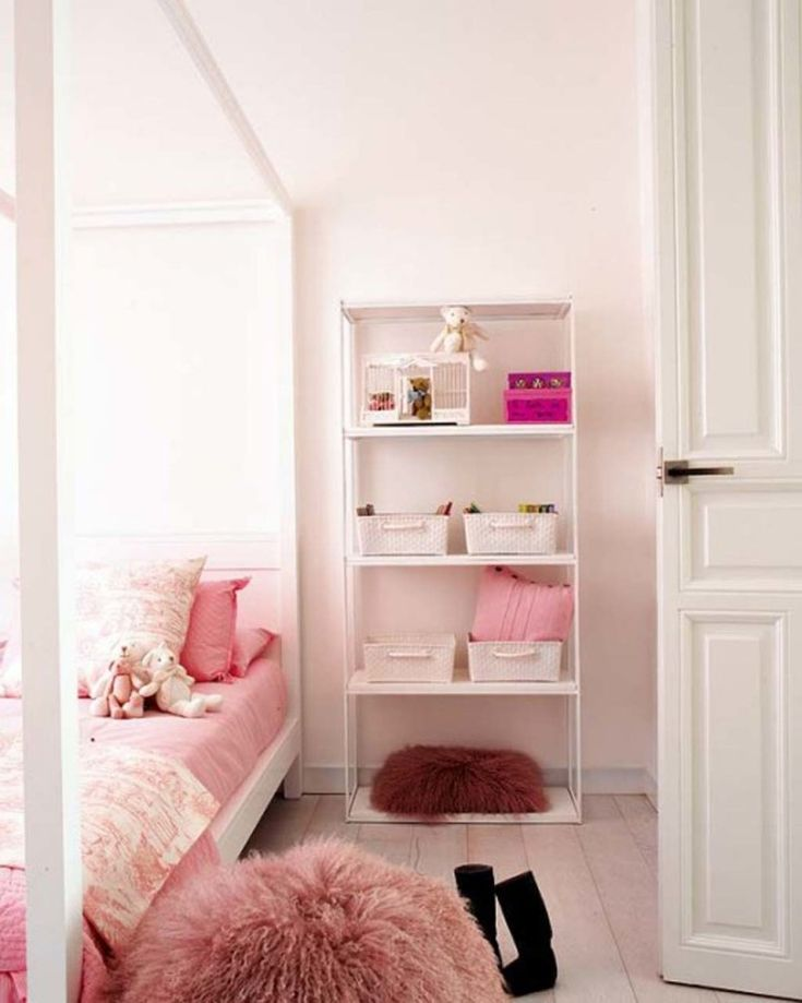 Awesome white shabby chic young women bedroom decoration with white painted finish canopy bed. Find more shabby chic bedroom design ideas on www.dirroo.com