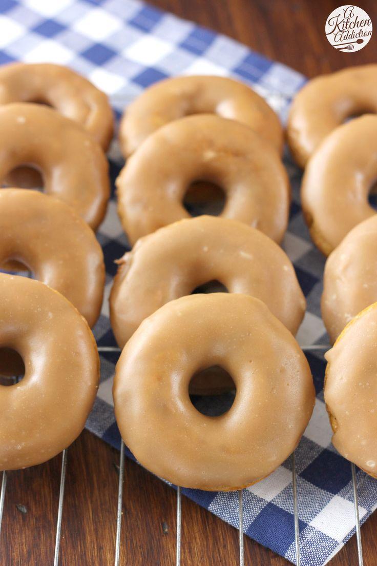 DONUTS DE CALABAZA Para el Donuts      1 C de harina de trigo      1 C de harina      ⅓ azúcar C      ¼ C de azúcar morena      2 cucharaditas de polvo de hornear      1 cucharadita de canela      ½ cucharadita de nuez moscada      ¼ de cucharadita de sal      1 C de la leche (leche de soya o leche de almendras funcionaría)      ½ C puré de calabaza      2 huevos      3 cucharadas de mantequilla, derretida y fría      Extracto de arce 1 cucharadita      ½ cucharadita de extracto de vainilla