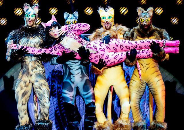 Katy Perry al mejor estilo gatuno durante la presentación de su gira mundial Prismatic en  Belfast, Irlanda