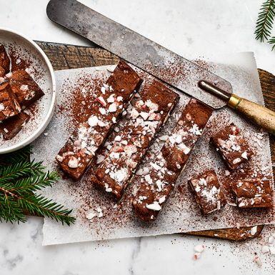 Polkafugde med marshmallows är precis så gott som det låter. En härlig blandning av len chokladfudge, hårda polkagris karameller och mjuka minimarshmallows. Troligen en ny favorit bland julens gottegrisar.