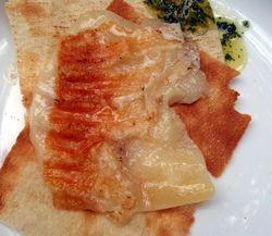 ZUTATEN (4 P):  400 gr. jungen Pecorino (in vier ca. 0,5 cm dicke Scheiben geschnitten)  vier große Blatt Pane Carrasau   ZUBEREITUNG:  Stellen Sie die vier Scheiben Pecorino für ca. drei Minuten in einer hitzebeständigen Form unter den Grill   Legen Sie je ein Blatt Pane Carrasau auf ein Teller. Pecorino aus dem Ofen nehmen und auf das Pane Carrasau legen und servieren. Dazu einen Cannonau di Sardegna.    BUON APPETITO