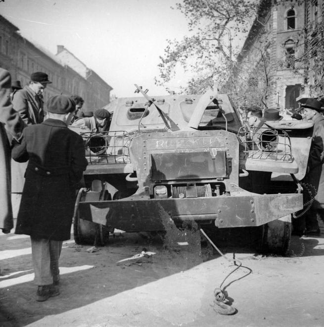 József körút, jobbra a József utca sarka. Kiégett szovjet BTR-152 páncélozott lövészszállító jármű.