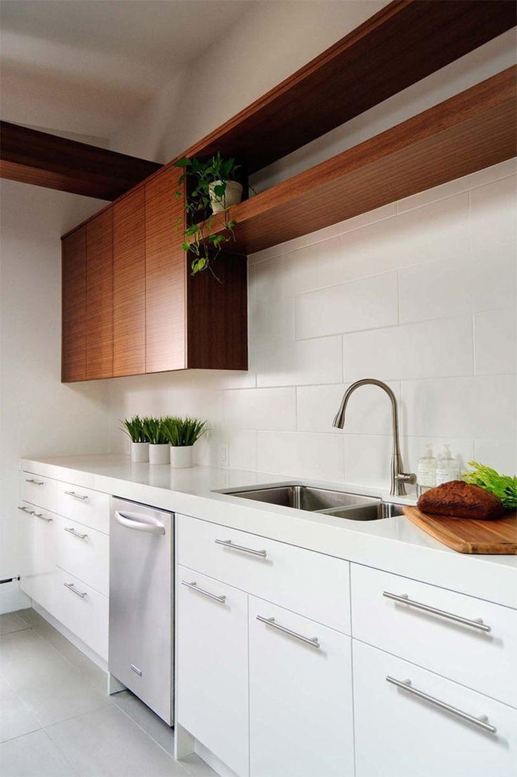 A clássica combinação do branco com tons amadeirados faz desta cozinha minimalista um ambiente moderno e atual. A madeira ameniza a frieza tanto do branco quanto do minimalismo.