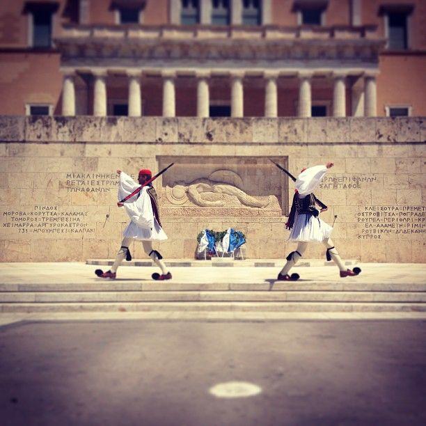 dmitrybarsov Πλατεία Συντάγματος (Syntagma Square) #greek #soldiers in #syntagma #square #athens #Greece #foolish #gait #vkgram http://instagram.com/p/Z_QnR-h594/