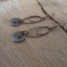Boucles d'oreilles dormeuses bronze avec anneau ovale bronze et sequin émaillé taupe