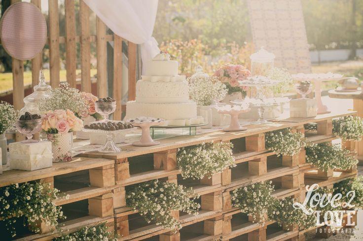 Se você ainda não sentiu na pele, ou melhor, no bolso, já deve pelo menos ter ouvido que casar não é barato. Não, não é mesmo. Listando alguns itens importantes numa festa de casamento, já dá para imaginar: convite, decoração, música,...
