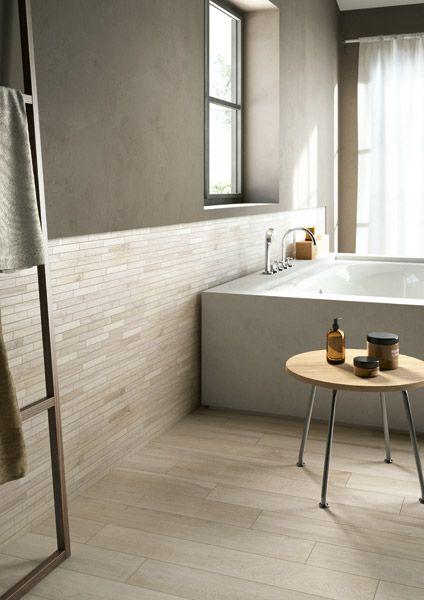 Wel een houtlook maar geen echt hout in de badkamer. Ga voor keramisch parket, Hier in combinatie met bijpassende stroken tegen de muur voor een minimalistische scandinavische sfeer (05-CA). Tegelhuys Wijhe.