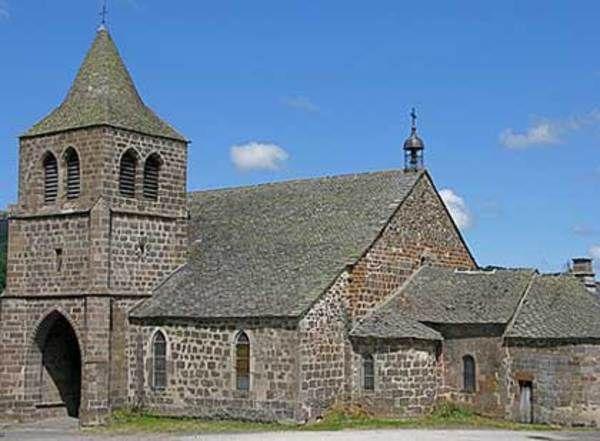 Eglise Saint-Léger de Cheylade Cantal, le Puy Mary.