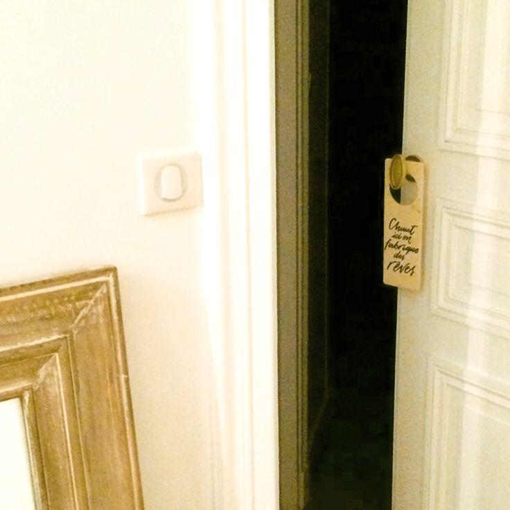 [CHEZ VOUS] Chez Vanessa. La plaque de poignée de porte «Chuut, ici on fabrique de rêves», pour décorer la chambre des grands et des petits rêveurs. 📷 📷 📷  [A CASA VOSTRA] A casa di Vanessa Il cartello per porta «Chuut, ici on fabrique de rêves» -> disponibile anche in italiano: «Shhh, qui si fabbricano sogni» per arredare la camera da letto di grandi e piccoli sognatori.