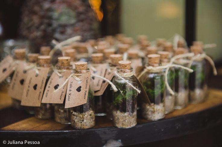 Terrários, vasos de plantas ou sementes são lembrancinhas de casamento adoráveis! Eles são uma escolha ecológica e natural: verde, útil e atraente.